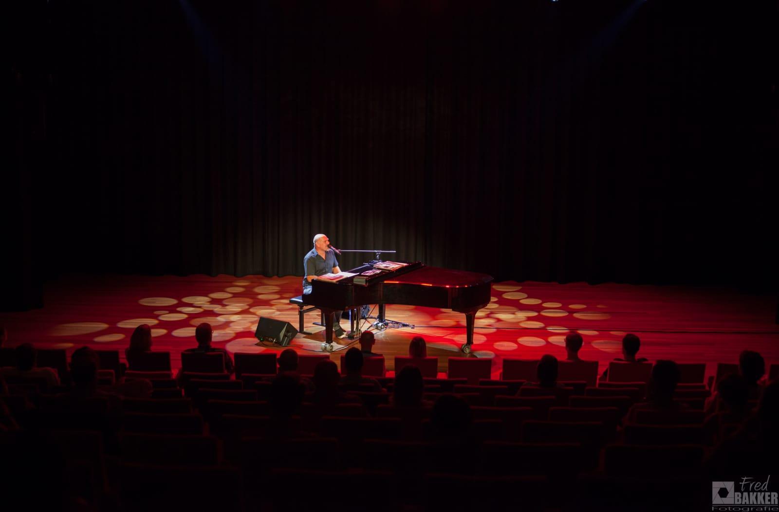 """Als halve finalist in programma """"We Want More"""" op SBS 6: speelt Alexander Broussard in De Bres """"Billy Joel"""""""